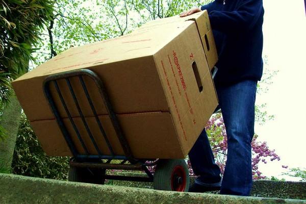 Kartons auf der Sackkarre bei der Wohnungsauflösung