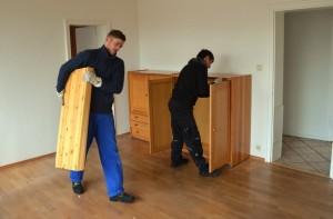 Bei hochwertigen Fußböden wird umuzugsgerecht gearbeitet. Nicht alle Möbel müssen komplett zerlegt werden. Hier reicht das Entfernen des Innenlebens wie Schubladen oder Einlegeböden.
